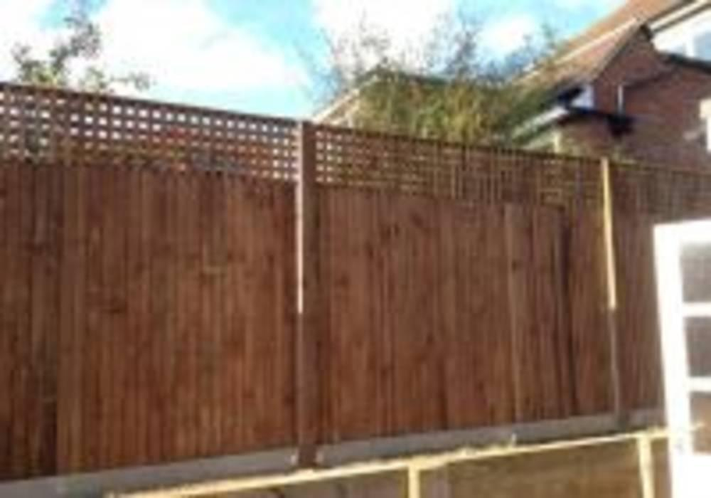 Closeboard fencing with trellis
